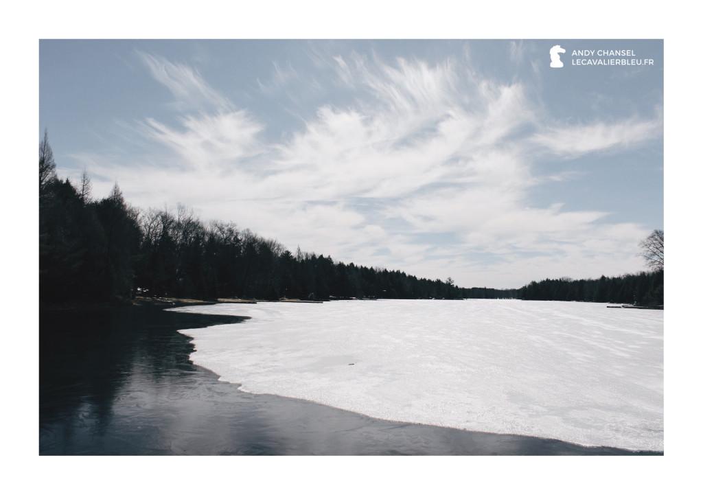 Un lac gelé, situé à quelques kilomètres des écuries Wayward Farm (Ontario).